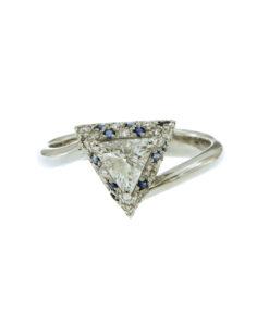 anello oro bianco con diamanti e zaffiri