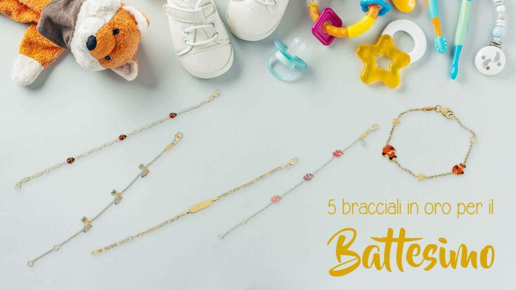 Bracciali in oro da regalare per il battesimo su sfondo neutro con oggetti per neonati