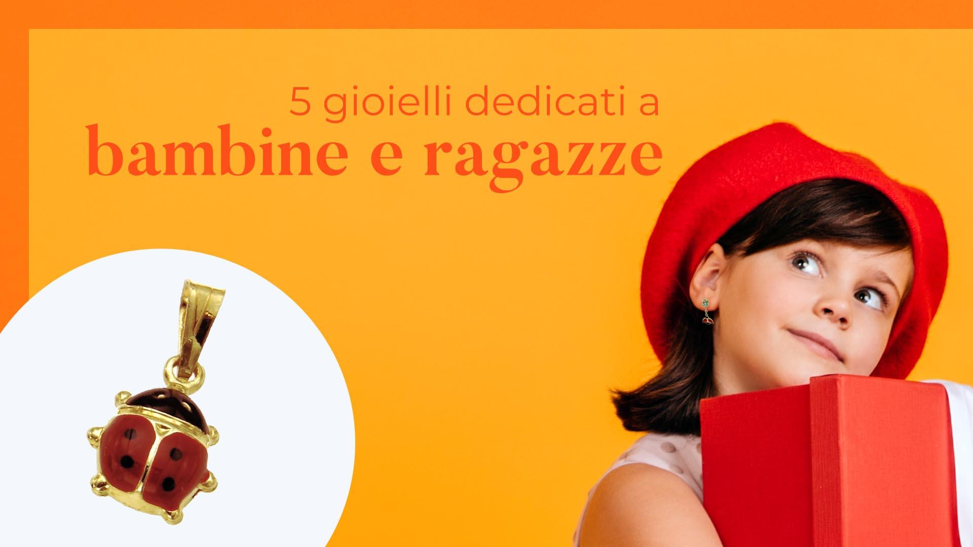 Gioielli per bambine indossate da una giovane modella con basco arancione che tiene una scatola regalo